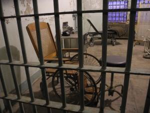 Cadeira de rodas da época. Vocês precisavam ver a mesa de operação!