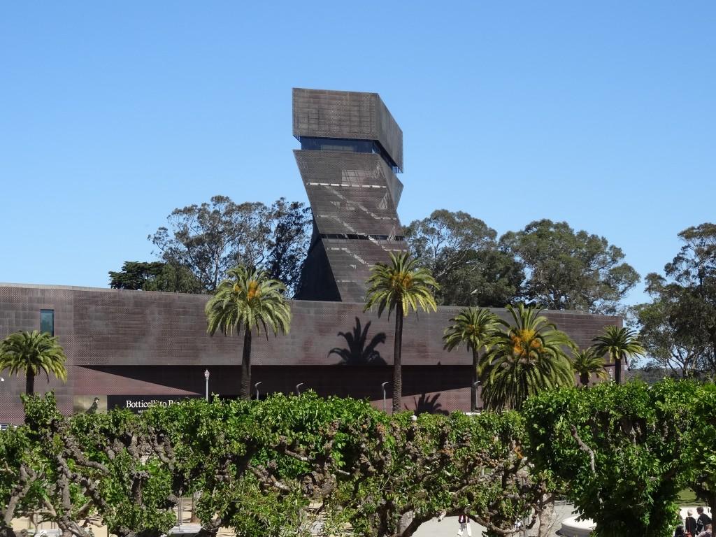 A torre de observação fica do lado direito do museu.
