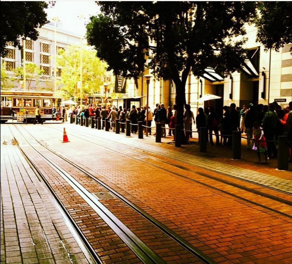 A  fila é inevitável no cable car. Quanto mais cedo chegar, menor a fila. Eles começam a funcionar às 6am. Um bom programa pra quem acordou cedo por causa do jet lag.