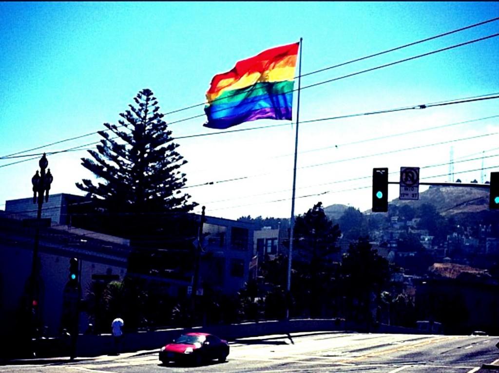 A bandeirona, que anuncia que você está no Castro, fica na esquina da Market com Castro Streets.