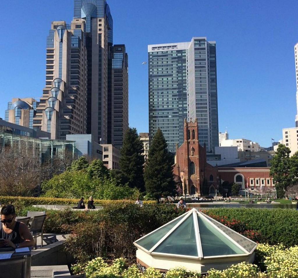 A vista de Yerba Buena Gardens, tomando um chá no Samovar.