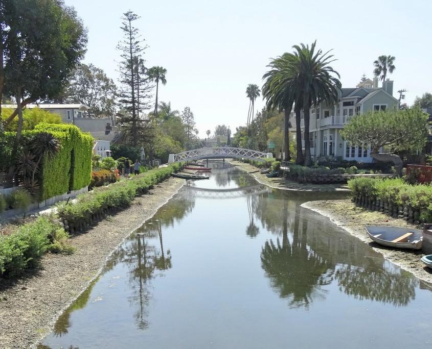 As casas ficam sobre os canais, quase como em Veneza.