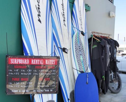 Se o seu negócio é surf, tem prancha e roupa de neoprene pra alugar