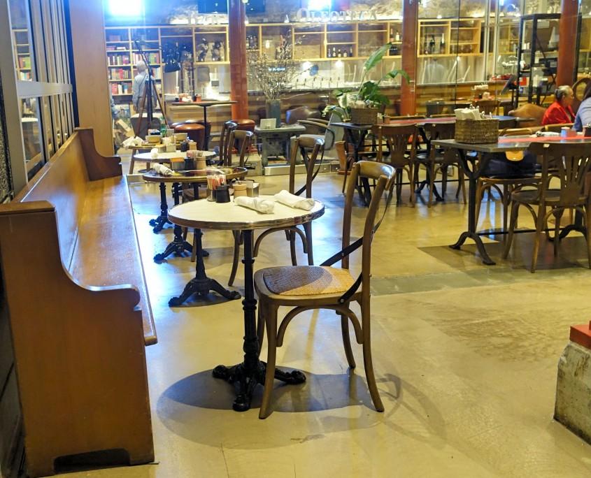 As cadeiras lembram os cafés europeus