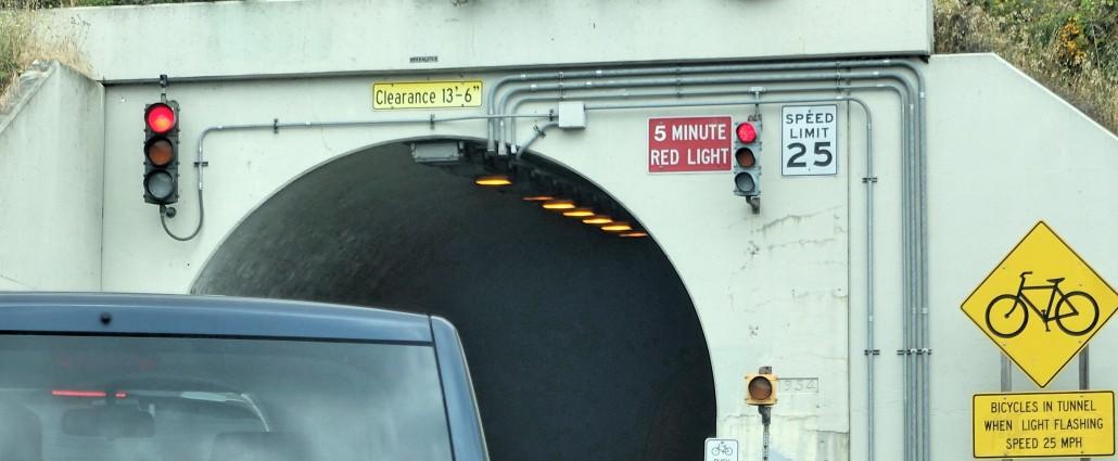 A plaquinha vermelha do lado direito avisa que o sinal vermelho fica por 5 minutos