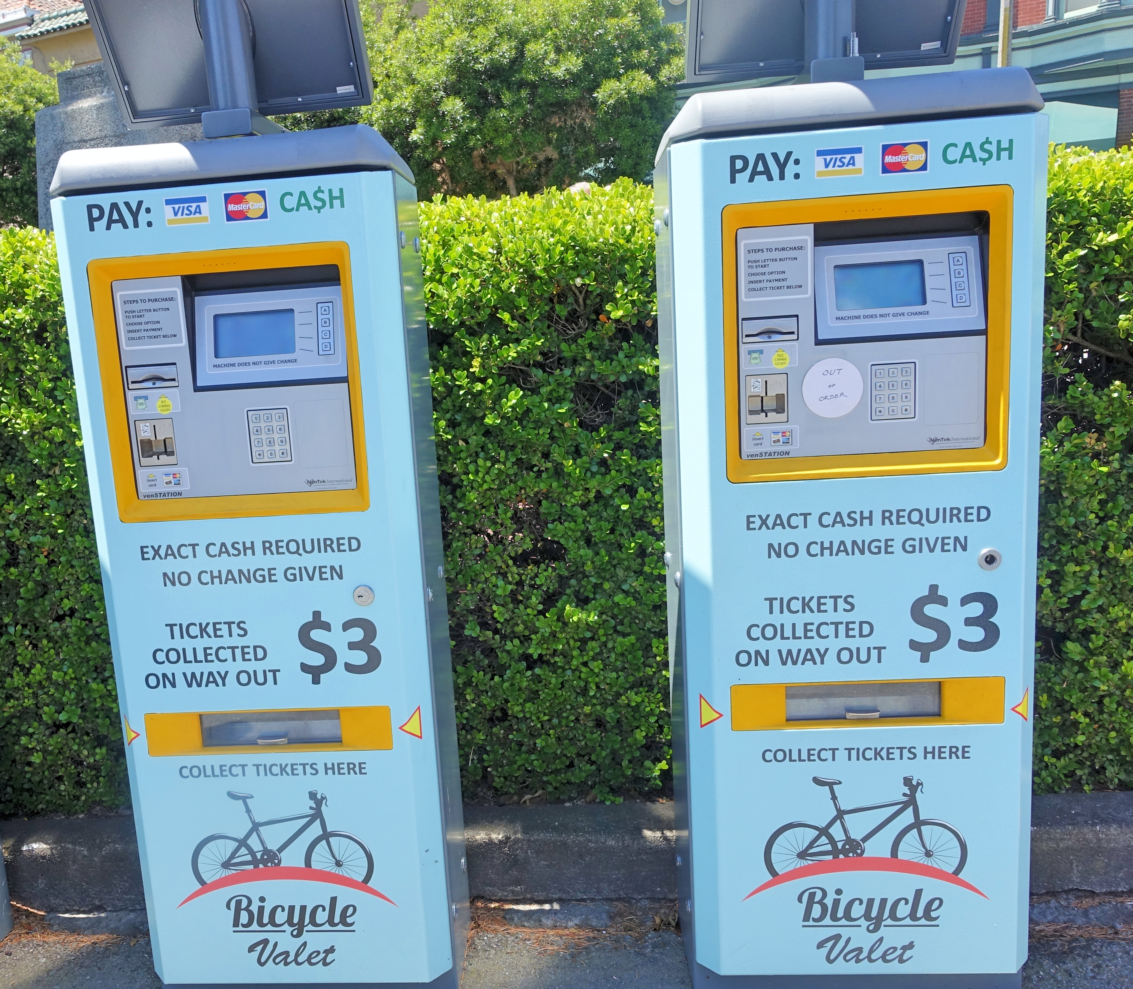 Só $3 para estacionar o dia inteiro. A máquina não dá troco. Tenha em mãos moedas ou notas de $ 1.