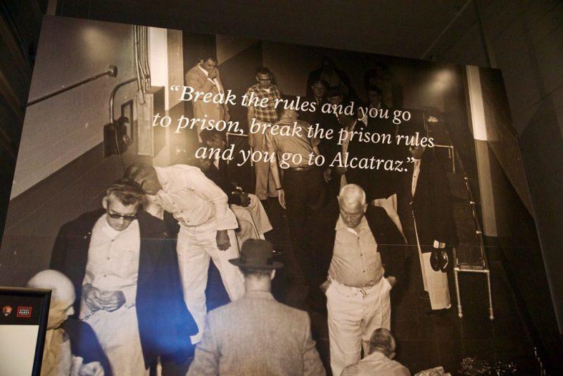 """""""Break the rules, and you go to prison. Break the prison's rules and you go to Alcatraz"""" (Quebre as regras e você vai para a prisão. Quebre as regras da prisão e você vai para Alcatraz)"""