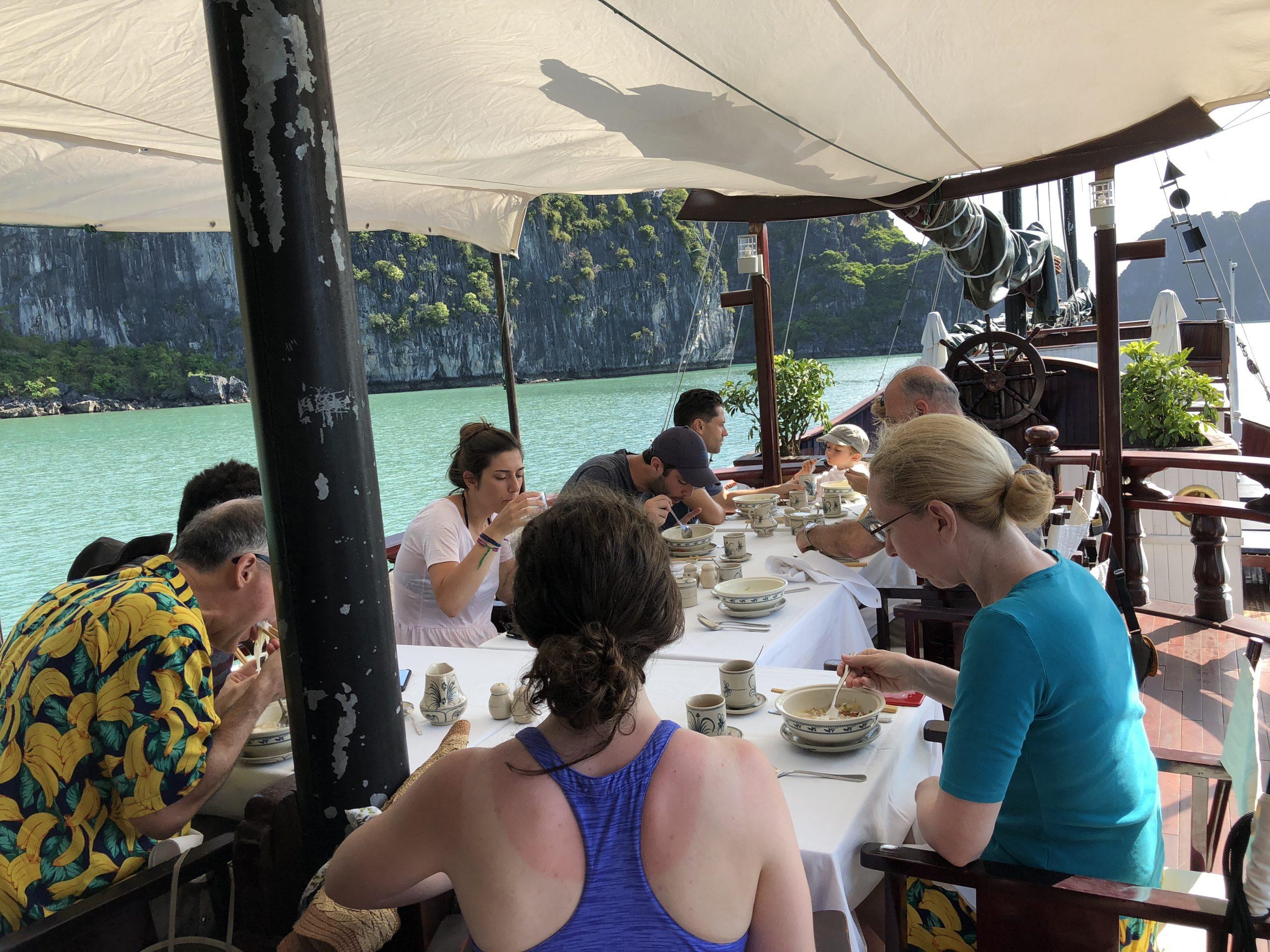Refeição no barco em Halong Bay